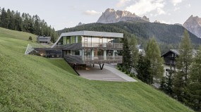 Alpine architecture between stratifications and extensions